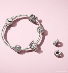 The PANDORA Disney Donald duck charm is one of our favourtites from the PANDORA x Disney colection. Wear with other Disney charms for magical look.