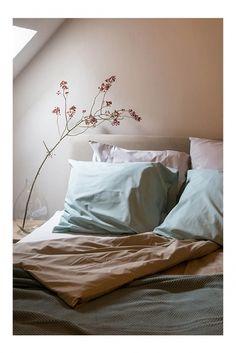 Ook een touche van kleur kan in een landelijke slaapkamer. Hierdoor wordt het allemaal wat romantische maar daarnaast kan er kan ook stoer gecombineerd worden met grove elementen.