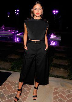 Olivia Culpo com look todo preto e calça pantacourt