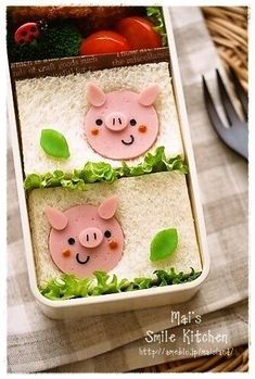 Pig bento and we just made faces in our bologna slices . Cute Bento Boxes, Bento Box Lunch, Bento Recipes, Baby Food Recipes, Food Art Bento, Bento Kids, Food Art For Kids, Kawaii Bento, Boite A Lunch