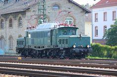 GES-Krokodil E94 088 rangiert im Bahnhof Bruchsal. Im Hintergrund ist das alte Zollgebäude zu sehen. /Juli2015