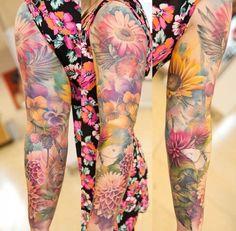 ganzer Arm mit Blumen tätowiert