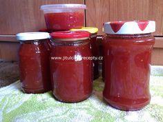 SUROVINY 2 kg rajčat (třeba i popraskaných) 1,5kg cukru 3 Pektogely 1 lžičku skořice 100ml rumu POSTUP PŘÍPRAVY Je úúúúúúžasná, opravdu chutná jako meruňková...nikdo nepozná, že je z rajčat! Rajčata pokrájíme a rozvaříme na hustou kaši (nepřidávat vodu!!!). Necháme mírně vychladnout, rozmixujeme, přidáme cukr a Pektogel dle návodu na obale, lžičku skořice a za častého míchání vaříme asi 15 minut (na el. sporáku č. 4). Potom hrnec odstavíme z ohně, vmícháme rum (zapění to) a horkou hmotu ...