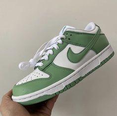 Nike Dunks, Sneakers Mode, Sneakers Fashion, Green Sneakers, Green Nike Shoes, Nike Fashion, Kids Sneakers, Men Fashion, Nike Sportswear