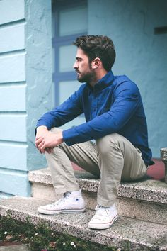 simple. Blue shirt. Great colors combination in this picture.