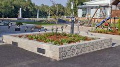 Moderni Citymuurikivi soveltuu muureihin joissa suositeltava enimmäiskorkeus 750 mm. Tarvittaessa voit liimata kivet toisiinsa säänkestävällä saneerauslaastilla tai kiviliimalla. Kivityypille on saatavilla valmis muurivalaisin (asennetaan muuriin yhden kiven paikalle).  Citymuurikiven yksi pitkä sivu on sileä ja toinen lohkopintainen.  Tuote soveltuu hyvin myös istutusaltaisiin.  #istutukset #Lakka #muurikivi #maisemointi #pihakivi #rakentajat2020 Sidewalk, Side Walkway, Walkway, Walkways, Pavement