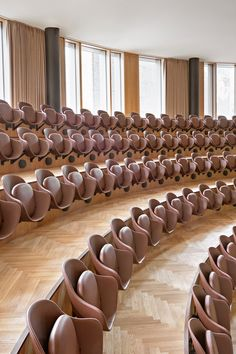 Classic design furniture developed in close collaboration with Danish designers, to ensure modern, timeless and functional furniture. Auditorium Architecture, Auditorium Design, Simple Furniture, Minimalist Furniture, Furniture Design, Auditorium Chairs, Auditorium Seating, Danish Design, Planer