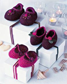 Chaussons roses et violets en tricot ornés de fleurs tricotées ou en broche