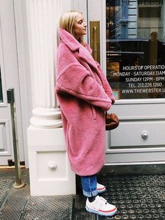 7 Fresh Ways Fashion Girls Style Sneakers If you're looking for a new go-to outfit to wear with sneakers, check out these stylish looks fashion girls love. Pink Teddy Coat, Teddy Bear Coat, Streetstyle Blogger, Outfit Invierno, Look Street Style, Sneakers Fashion Outfits, Sneakers Style, Girls Sneakers, Mein Style