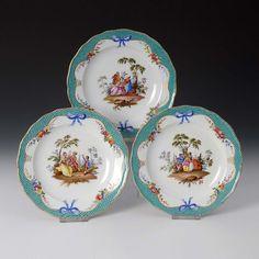 3 Teller mit Watteaumalerei, Meissen. Knaufschwerter, ab 1850-1924, 2 Schleifstriche. Speiseteller m — Porzellan