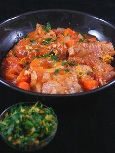 Osso bucco de veau  -  préparation : 20 minutes Temps de cuisson : 45 minutes  Ingrédients (pour 4 personnes) : - 4 tranches de jarret de veau d'environ 200 g chacune - 10 cl d'huile - 3 gousses d'ail - 1 boîte de 400 g de tomates concassées - 200 g de carottes - 100 g d'oignons (environ 2) - 20 cl de vin blanc sec  - 1 bouquet garni - farine - sel et poivre