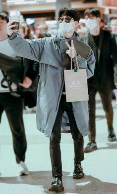Korean Fashion Men, Mens Fashion, Ikon Songs, Airport Style, Airport Fashion, Kim Hanbin, Coat, Prince, Inspiring People