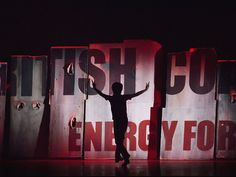 Sobre o palco, três intérpretes se revezam na versão americana do musical londrino Billy Elliot em cartaz no Credicard Hall (Foto: Kyle Froman / Divulgação)