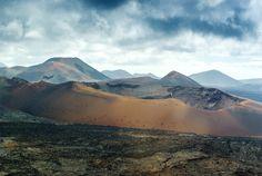 Timanfaya_Canarias. Esta foto podría haber sido tomada en otro planeta, pero no, es la isla de Lanzarote, concretamente en el Parque Nacional de Timanfaya. Es el único parque de la Red Española de Parques Nacionales eminentemente geológicos y es una muestra perfecta del vulcanismo más reciente de la Región Macaronésica. Colores rojizos, pardos, ocres, naranjas y negros lo convierten en un escenario digno de visitar una vez en la vida.