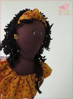 Linda Boneca em estilo Afro, sucesso de decoração na sua casa. Peça decorativa, feita 95% a mão, em tecido 100% algodão, com enchimento siliconado anti alérgico + 100gr de areia de aquário para sustentação da peça.  Cabelos em lã. E adereços diversos deixando ela super estilosa! Medindo 0,60cm de altura por 15cm de diâmetro na base. Podendo ser confeccionado em variadas cores e estampa o vestido da boneca Contate o vendedor  para maiores informações. R$ 50,00