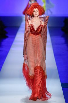 See all the Collection photos from Jean Paul Gaultier Spring/Summer 2019 Couture now on British Vogue Jean Paul Gaultier Parfum, Paul Gaultier Spring, Quirky Fashion, High Fashion, Fashion Show, Fashion Design, Fashion Goth, Couture Fashion, Runway Fashion