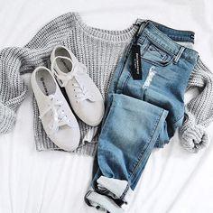montagem de look calça jeans, sueter e tenis branco