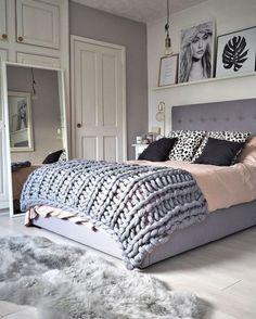 Szara wysoka sypialnia z dekoracją grafikami - Lovingit.pl