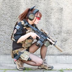 Girl with a Weapon girl gun strangulation clips Military girl . Women in the military . Girls with weapons Action Pose Reference, Human Poses Reference, Pose Reference Photo, Anatomy Reference, Action Posen, Japonese Girl, Fighting Poses, Military Women, Military Army
