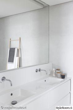 """Talomme alakerrassa sijaitsee niin kutsuttu vieraskylpyhuone ja yläkerrassa makuuhuoneen yhteydessä kahden altaan privaatimpi kylpyhuone. Materiaalivalinnoiltaan molemmat tilat ovat lähes identtiset ja yksinkertaisia tiloja """"maustamme"""" fiiliksen mukaan erilaisilla tekstiileillä ja pientavaralla."""