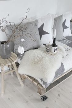 Creative with textiles! I love it! And look at the pallet, so easy idea!