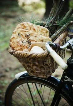 Fougasse, a flat bread usually associated with Provence, usually made with herbs, black olives, sometimes sun-dried tomatoes.Also in the bike basket is goat cheese. Picnic Time, Summer Picnic, Beach Picnic, Beach Party, Garden Picnic, Food Styling, Clem, Company Picnic, Fruit Company