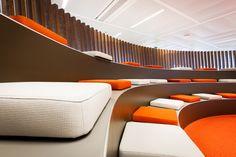 Realisatie ING bank Zaventem. In het kader van 'het nieuwe werken'. Flexibele werkplekken waarbij de ergonomie en het gebruikersgemak voorop staan. Stairs, Interior Design, Brainstorm, Offices, Interiors, Home Decor, Work Spaces, Nest Design, Stairway