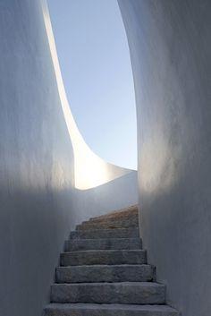 Spiral Gallery by Deshaus *** Questa scala mi ricorda il mare di un'isola greca. Forse per la forma, per il colore o per i materiali. Ma è una sensazione bellissima!