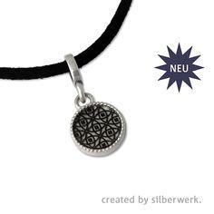 Klein aber fein. https://www.silberwerk.de/ringding/46410101-little-sign-andaluz-rund-rhodiniert-incl-band  Und hier gibt es viele passende Ringe! https://www.silberwerk.de/designer