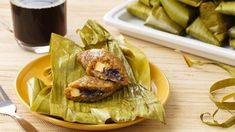This suman, or steamed rice cake, recipe has both ube and leche as its filling. Filipino Desserts, Filipino Recipes, Asian Recipes, Steamed Rice Cake, Rice Cakes, Crispy Pata, Ube, Pinoy Food, Meatloaf Recipes