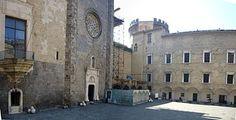 Il cortile del Castel Nuovo: la cappella Palatina e l'ala sud, oggi museo civico di Castel Nuovo.