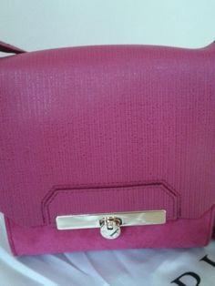 Mala tira colo;  nova com etiqueta; cor de rosa; camurça. Continental Wallet, Purses And Bags, Nova, Fashion, All About Fashion, Colors, Trends, Moda, Fashion Styles