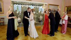 Juni 2006 - Kongefamilien feirer 100-årsjubileet for kong Haakons kroning med dans på slottet. Prinsesse Märtha LOuise, Ari Behn og Prinsesse Ragnhild hilsen på kongepar og kronsprinspar.