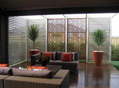 Offenes Wohnzimmer durch einen Sichtschutz schützen