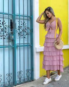 La imagen puede contener: 1 persona, de pie Twin Outfits, Dress Outfits, Casual Dresses, Fashion Dresses, Summer Dresses, Classy Outfits, Pretty Outfits, Stylish Outfits, Fashion 101