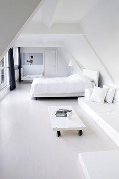 Witte vloer in de slaapkamer voor een serene sfeer