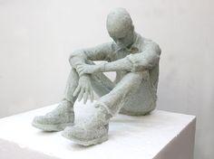 L'artiste new yorkais, Daniel Arsham a récemment finalisé plusieurs nouvelles œuvres et plus particulièrement trois sculptures figuratives faites de verre cassé. Cette idée lui est venue par la découverte de tessons de verre dans sa maison après l'ouragan Andrew en 1992. Les pièces se concentrent principalement sur la représentation de la forme humaine et sur le thème du penseur.