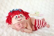 New Born Baby Photography Picture Description Raggedy Ann Set Crochet Baby Hats, Baby Knitting, Knit Crochet, Booties Crochet, Knitted Hats, Baby Set, Crochet Photo Props, Raggedy Ann And Andy, Diaper Covers
