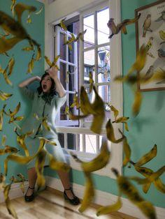 """La muerte """"pop"""" de Daniela Edburg, Artista mexicana que a pesar de tocar la muerte como tema dentro de su obra, no muestra sufrimiento en los personajes y las acompaña con objetos que hacen reerencia al consumismo de un modo sarcástico."""