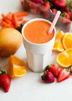 Smoothie mit Orangen, Karotten und Erdbeeren