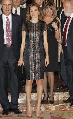 Doña Letizia estrenó un vestido negro de manga corta de la marca SIU con transparencia en la espalda y  bordado en la parte central con muchos puntos en hilo azabache y plata , salones con tira en nude y cartera de mano de color negro. -