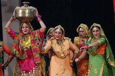 Estudiantes y artistas interpretan Gidha, la danza folclórica del estado de Punjab, durante la competencia final del Festival de la Juventud en la universidad Guru Nanak Dev en Amritsar, India, el 7 de noviembre de 2015. Gidha es una forma de danza enérgica desde el estado indio de Punjab, donde un grupo de mujeres, con vestidos tradicionales y coloridos y adornos tradicionales, bailan al ritmo de un mini tambor tradicional llamado Dholki y cantan canciones populares llamadas 'Boliyan'.