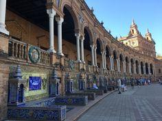 Plac Hiszpański. 48 nisz z przytulnymi ławeczkami. Każda ozdobiona pięknymi azulejos. San Francisco Ferry, Louvre, Building, Travel, Tiles, Viajes, Buildings, Destinations, Traveling