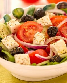 The Greek salad is a suitable accompaniment to accompany a second plate of fish or meat, or it can be enjoyed as a single dish, if you decide to have lunch in a fresh and light way. de ensalada lechuga facil y saludable What Is Quinoa, How To Cook Quinoa, Quinoa Benefits, Queso Feta, Quinoa Salad Recipes, Cooking Recipes, Healthy Recipes, Greek Salad, Vegetables