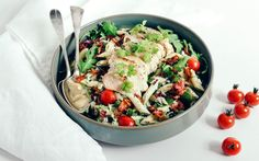 Try this delicious chicken and pasta salad, which is filling enough to make out a meal on its own. The cream cheese serves as a creamy dressing to the pasta and pairs wonderfully with the juicy chicken and crunchy bacon bits. Bacon Bits, Comfort Food, Yum Yum Chicken, Creamy Chicken, Chicken Salad, Cherry Tomatoes, Pesto, Potato Salad, Meals