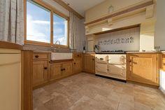 Une cuisine pleine de nuances – stonenaturelle Diy Home Decor, Kitchen Cabinets, Pose, Rustic Kitchen, Home Decoration, Roman, Shades, Floor Covering, Natural Stones