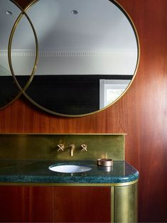 Magnificent Art Deco inspired bathroom with this beautiful green marble, the .- Magnifique salle de bains d'inspiration Art Déco avec ce beau marbre vert, le l… Magnificent Art Deco inspired bathroom with … - Bathroom Design Small, Bathroom Interior Design, Living Room Interior, Interior Livingroom, Estilo Art Deco, Australian Interior Design, Interior Design Awards, Interior Ideas, Bad Inspiration