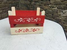 De Todo, Un Poco .: Reutilizando cajones de madera Wood Planter Box, Wood Planters, Decoupage Vintage, Fruit Box, Wooden Crates, Painting On Wood, Chalk Paint, Stencils, Creations