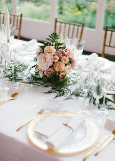 Centro de mesa en tonos rosados y pastel con peonias y rosas inglesas. Boda organizada por Detallerie. Roses and peonies centerpiece on pastel colors. Wedding by Detallerie.