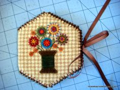 Hexagon patchwork cushion needle book 16 Ideas for 2019 Hexagon Patchwork, Patchwork Cushion, Hexagon Quilt, Wool Embroidery, Wool Applique, Embroidery Stitches, Needle Case, Needle Book, Quilting Projects